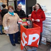 Am Info-Stand v.l.n.r. Petra Vogel, Sven Kasper und Petra Hinkl